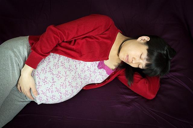 妊娠中で寝不足の女性